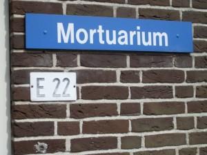 Gebouw E022, Mortuarium. Het gebouw met bijbehorende begraafplaats is gelegen achter op het terrein, tegen de de bosrand aan. (Foto Monique Huizer)