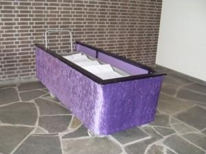 De baar in de aula, tevens een ruimte in het Mortuarium. Bijzonder: de vorm van een kist is verwerkt in de leistenen vloer. (Foto Monique Huizer)