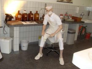 Nabootsing van een arts in actie, tijdens een obductie. (Foto Monique Huizer)