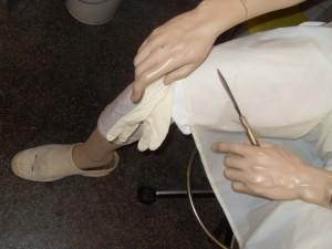Detail van een arts in actie. (Foto Monique Huizer)