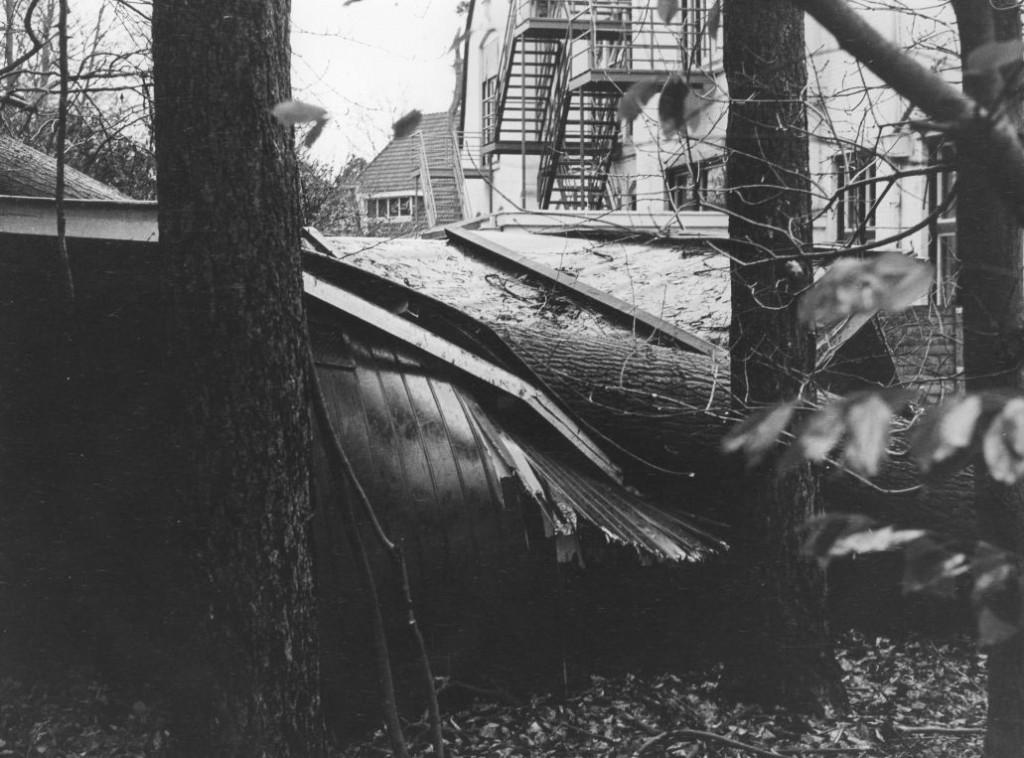 1972.00 - Borgwal, de beruchte novemberstorm bracht veel schade. Op de voorgrond het door een omgevallen boom vernielde fietsenhok bij het paviljoen Borgwal, op de achtergrond de kerk.