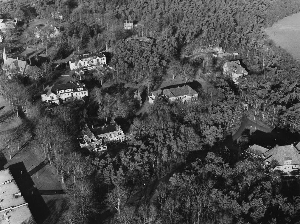 1972.01 - Borgwal, luchtfoto met Centrale keuken, Witte huis, Heuvel, Middenpark, Centraal Ketelhuis, Ontmoetingskerk, Borgwal (Kerkzicht), Randwijk, Lagerhout, Groenehage, Eikensten (oud), Enk (oud) en Zonneheuvel.