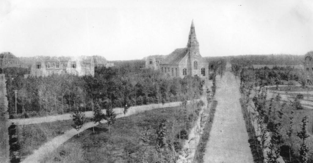 Jaartal onbekend 01 - Borgwal, van links naar rechts: Paviljoen 12 (Borgwal-Kerkzicht E015) en de Stichtingskerk.