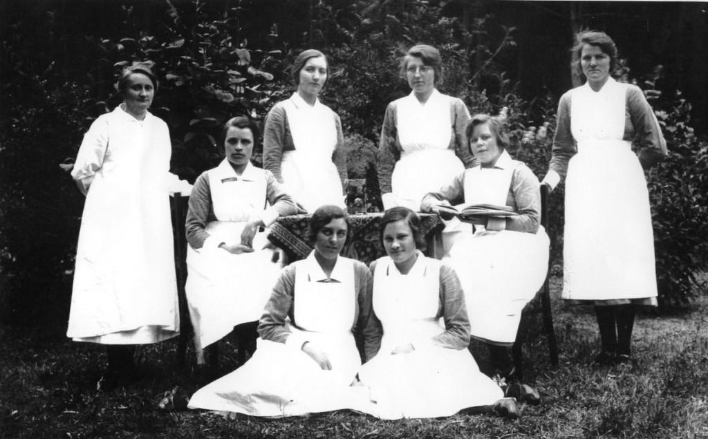 Jaren 20.00 - Borgwal, Zuster Wiersma (links), hoofd van paviljoen 12 (Kerkzicht).