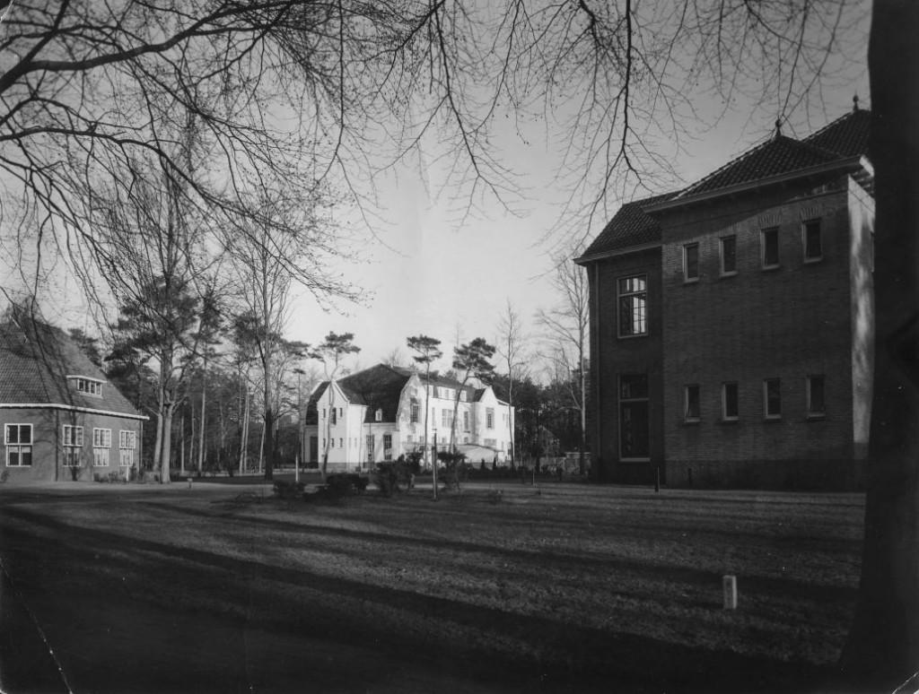 Jaren 80.00 - Borgwal, links de aanbouw aan de achterzijde van de kerk (gebruik als gymnastiekzaal door PMT), midden paviljoen Borgwal (Kerkzicht), rechts Lagerhout.